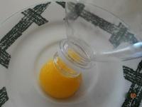 Að skilja egg með flösku